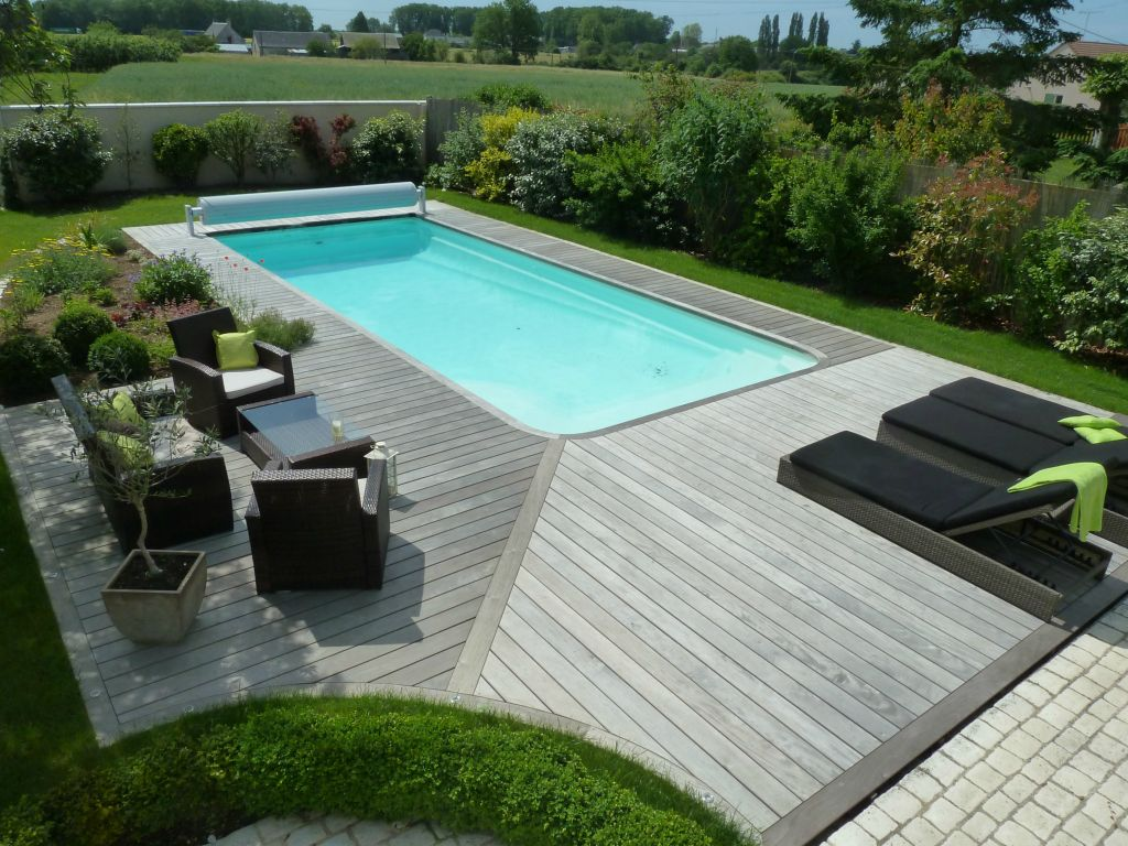 terrasse autour d une piscine. Black Bedroom Furniture Sets. Home Design Ideas
